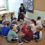 """Powrót do świata bajek – uczennice ZST czytały dzieciom z Przedszkola """"Promyczek"""""""